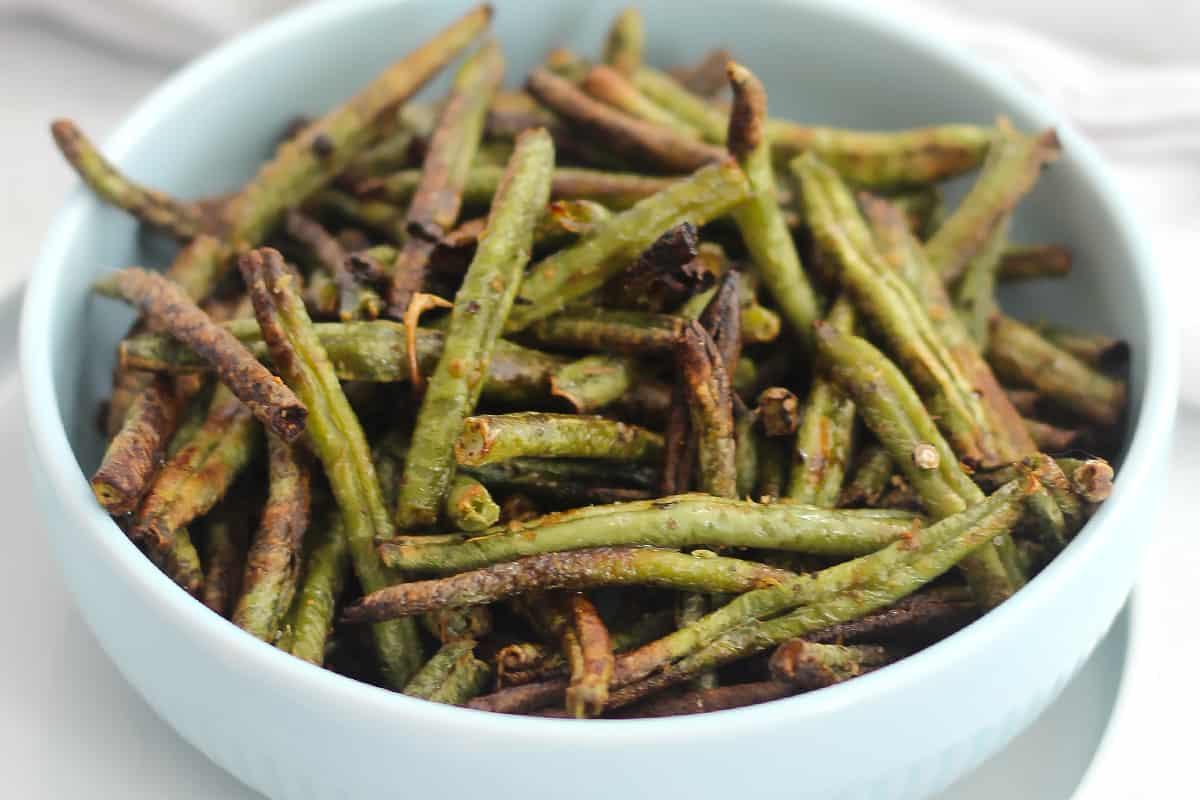 Close up of air fryer green beans.